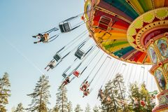 Kouvola, Finlandia - 18 de maio de 2019: Carrossel do balan?o do passeio no movimento no parque de divers?es Tykkimaki e fuga dos fotos de stock royalty free