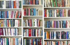 KOUVOLA, FINLANDIA - 18 SETTEMBRE 2018: Scaffale per libri in negozio di seconda mano fotografie stock libere da diritti