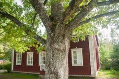 KOUVOLA FINLANDIA, WRZESIEŃ, - 20, 2018: Piękny czerwony stary drewniany dom i duży drzewo na terytorium Anjala rezydencja ziemsk obrazy stock