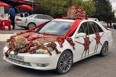 Kov-Ata,土库曼斯坦- 10月18 :用T装饰的婚礼汽车 免版税库存照片