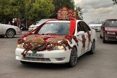 Kov-Ata,土库曼斯坦- 10月18 :装饰的婚礼汽车 库存图片
