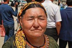 Kov-Ata, Туркменистан - 30-ое апреля 2017: Бабушка с ее gra Стоковое Фото