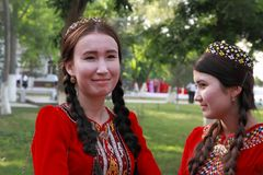 Kov-Ata, Туркменистан - 30-ое апреля 2017: Бабушка с ее gra Стоковые Изображения RF