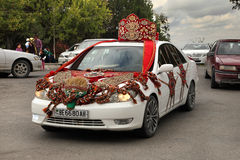 Kov-Ata, il Turkmenistan - 18 ottobre: Automobile di nozze decorata Immagine Stock