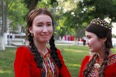 Kov-Ata Turkmenistan - April 30, 2017: Farmor med hennes gra Royaltyfria Bilder
