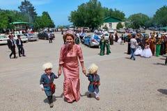 Kov-Ata Turkmenistan - April 30, 2017: Moder med två barn royaltyfri bild