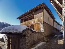 Kovachevitsa,布拉戈耶夫格勒地区村庄与地道19世纪房子的 免版税库存照片