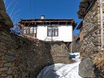 Kovachevitsa,布拉戈耶夫格勒地区村庄与地道19世纪房子的 免版税库存图片