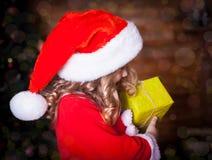 Kovaleva_Valeria Vända mot jul hatten, gåvan, profilen, fe nigh Fotografering för Bildbyråer