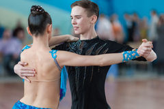 Kovalevskiy Denis och Antipenko Nadezhda Perform Juvenile-2 latin - amerikanskt program Arkivfoto