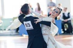 Kovalevskiy Denis och Antipenko Nadezhda Perform Youth-2 standart program Arkivbilder
