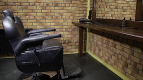 Kovrov-Stadt, am 18. Februar, Barber Shop Brit und Brut Schieber geschossen vom Friseursalonstuhl stock footage