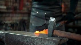 Kowal daje kształtowi z młotem gorący metalu przedmiot zbiory