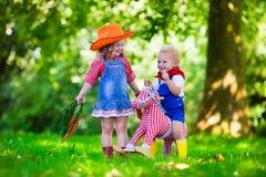 Kowbojów dzieciaki bawić się z zabawkarskim koniem Fotografia Royalty Free