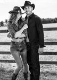Kowboj i cowgirl na rancho uprawiamy ziemię bój obok drewnianej twarzy i poly zdjęcia royalty free