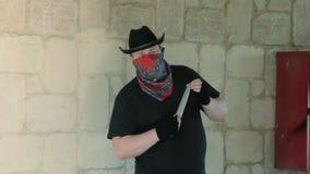 Kowboj w bandanach czaije się z nożem zbiory wideo