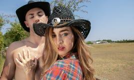 Kowboja i cowgirl pary argumentowanie Stawia czoło zdala od on gdy próbuje chwytać ona obraz stock