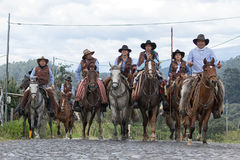 Kowboje jedzie na konia plecy Zdjęcia Stock