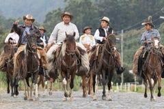 Kowboje na konia plecy na wiejskiej drodze Zdjęcie Royalty Free