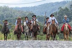 Kowboje na konia plecy na wiejskiej drodze w Ekwador Obrazy Royalty Free