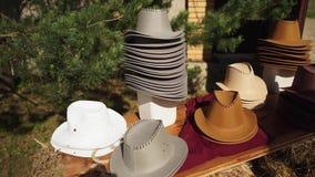 Kowbojscy kapelusze wykładają na stole zbiory wideo