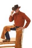 Kowbojscy kumpel jeden noga dotyka up kapelusz z ręką zdjęcie royalty free