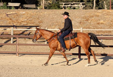 Kowbojska jazda jego koń w arenie Fotografia Stock