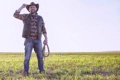 Kowbojska pozycja w polu przy zmierzchem Zdjęcie Stock