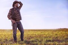 Kowbojska pozycja w polu przy zmierzchem Obraz Stock