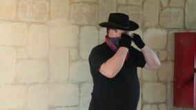 Kowbojski jest ubranym bandana szalik na jego twarzy zbiory wideo