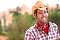 Kowbojski mężczyzna uśmiecha się szczęśliwego jest ubranym kapelusz w kraju Fotografia Stock