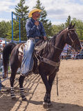 Kowbojski obsiadanie na koniu Fotografia Stock