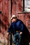 Kowbojski Opierać na stajni i Smirking Fotografia Royalty Free