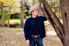 Kowbojski ranczer przy Drzewny patrzeć Wyprostowywać Zdjęcia Stock
