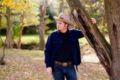 Kowbojski ranczer przy Drzewny patrzeć lewica Obrazy Royalty Free
