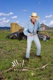 Kowbojski western, mężczyzna w zachodzie Ma Nożową walkę Fotografia Royalty Free