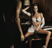 łóżkowej brunetki seksowny obsiadanie Zdjęcie Royalty Free