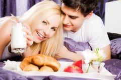 łóżkowej śniadaniowej pary szczęśliwy mleko Fotografia Stock