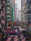 Kowloon, Hong Kong - 3 de novembro de 2017: Uma vista da rua ocupada de Tung Choi com seus muitos quadros de avisos em Hong Kong fotos de stock royalty free