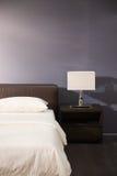łóżkowy wewnętrzny nowożytny pokój Obrazy Stock