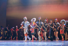 Koxinga (zhengchenggong)战士和台湾gaoshan女孩舞蹈山是绿色的 免版税库存图片
