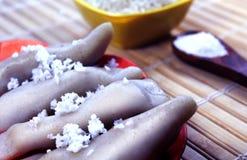 kozhukkattai koksu i cukierki mielenia mąka w drewno talerzu i ryż zdjęcie royalty free