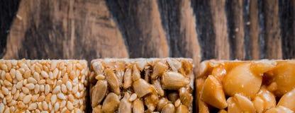 Kozinaki avec des graines, des écrous, le sésame et le miel photos libres de droits