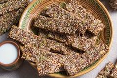 Kozinaki van sesam en pindazaden van zonnebloem en pompoen en andere noten stock fotografie