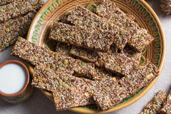 Kozinaki von den Samen des indischen Sesams und der Erdnuss der Sonnenblume und des Kürbises und anderer Nüsse stockfotografie