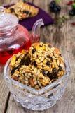 Kozinakikoekjes met Zonnebloemzaden, Pinda's, Rozijnen en Slijpsteen stock foto
