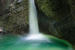 Kozjakwatervallen met duidelijk groen meer, Slovenië Stock Foto