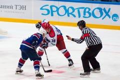 A Koznev (9) en A Nikolishin (38) op faceoff Royalty-vrije Stock Fotografie