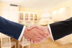 Köp- eller försäljningsfastighetbegrepp med affärsmanhandskakningen Royaltyfria Bilder