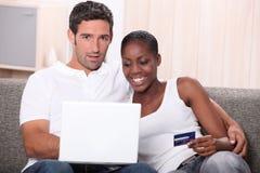 Köpa för par som är on-line Arkivfoto